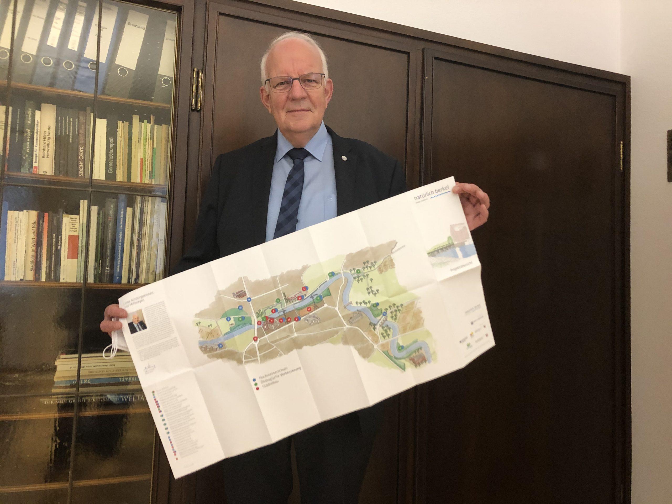 """Bürgermeister Könning mit dem Faltplan """"natürlich berkel"""""""